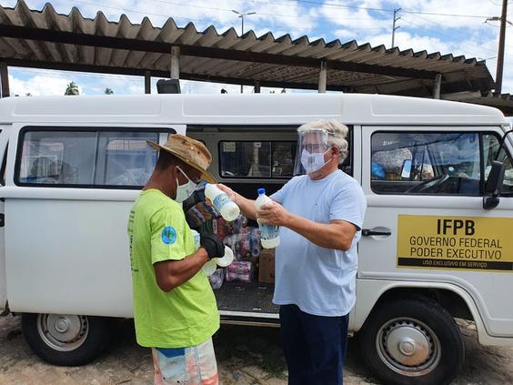 Famílias da região litorânea são beneficiadas com entrega de cestas básicas do IFPB Solidário