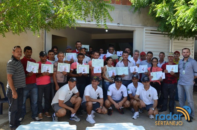 IFPB Campus Avançado Cabedelo Centro e Marinha do Brasil realizaram entrega de certificados e cadernetas a 30 pescadores.