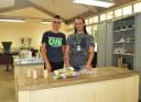 Victor e Gastão no Laboratório de Análise de Solos.