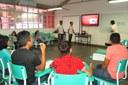 Aula de informática para jovens assentados
