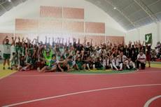 Atletas comemoram com  reitor e gestores
