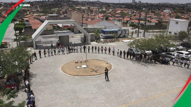 Reitor e mais dezesseis servidores  receberam placas de agradecimento pelo pioneirismo da implantação do campus em Campina Grande