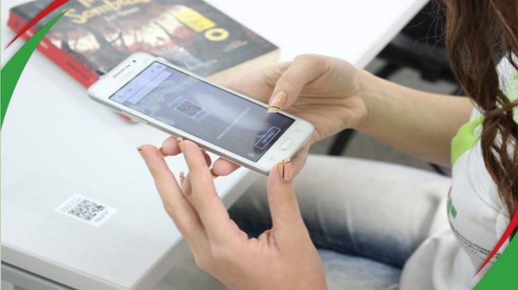 Serviços de renovação de empréstimos e reservas de livros ficam mais rápidos com o dispositivo que pode ser acessado nas mesas e cabines de estudo