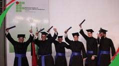 Profissionais de três cursos superiores receberam diplomas. Evento foi prestigiado por familiares, amigos e docentes