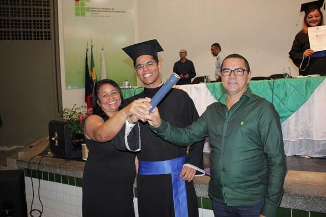 Formando Hallyson Silva com os pais