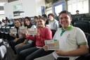 Estudantes recebem tabela periódica , que complea 150 anos