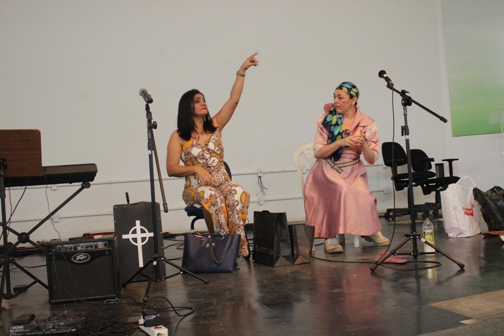Servidoras Margarida Borges e Lucivânia Valentim do IFPB apresentam peça de teatro