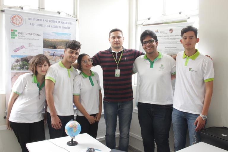 Professor Petrúcio com os alunos das duas equipes medalhistas de ouro