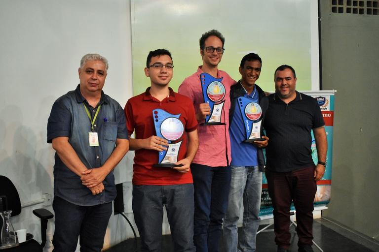 Equipe vencedora ao lado do Coordenador(primeiro a esquerda) do prêmio e do curso de Administracao Rômulo Torres.JPG