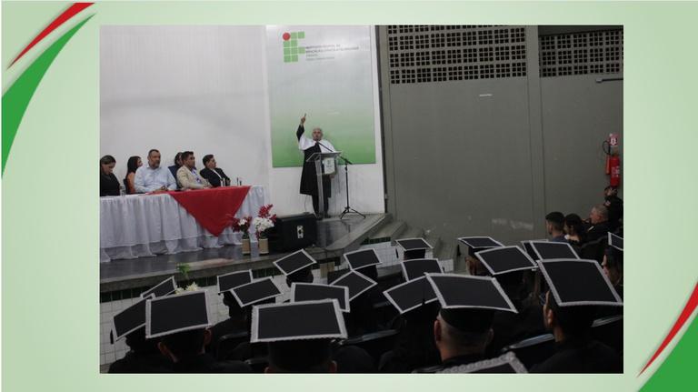 REITOR DIPLOMA DEZENAS DE ESTUDANTES