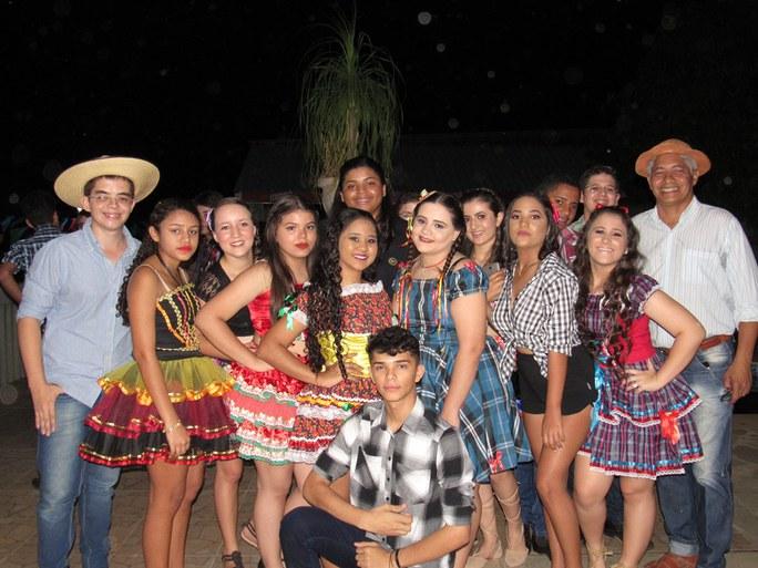 Danças, teatro e casamento matuto com a participação dos alunos marcaram a programação da festa