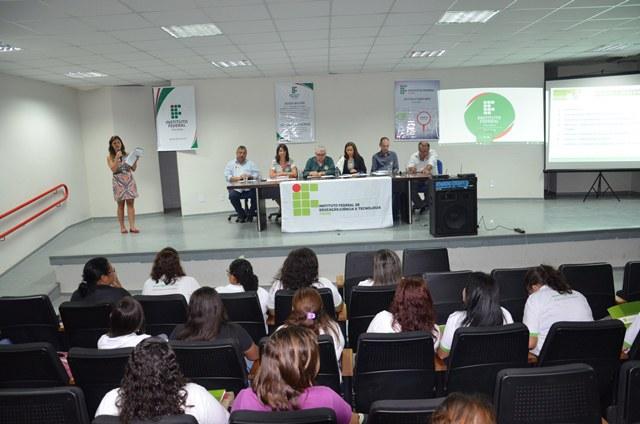 A equipe gestora e os alunos do Campus Mangabeira foram exaltados pelo reitor Nicácio Lopes durante a solenidade de encerramento da Reitoria Itinerante