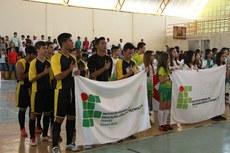 Estudantes atletas cantam o Hino Nacional.
