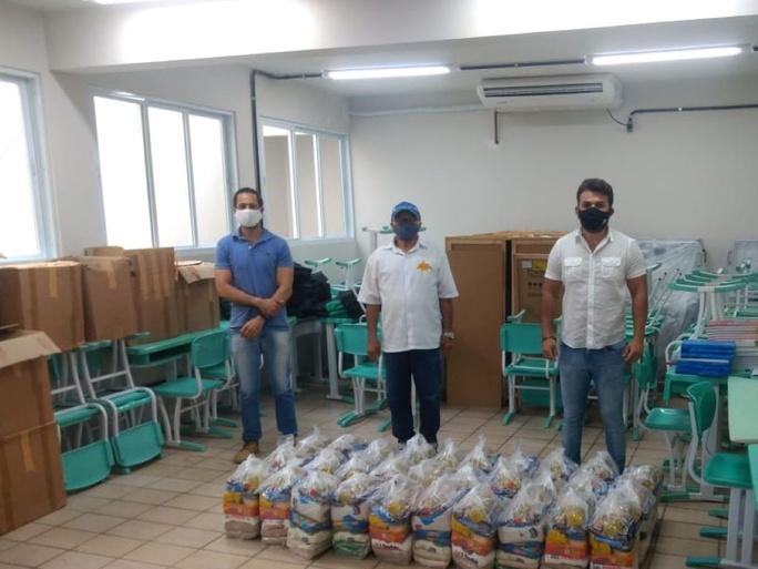 Foram entregues 200 cestas com gêneros alimentícios e produtos de higiene e limpeza