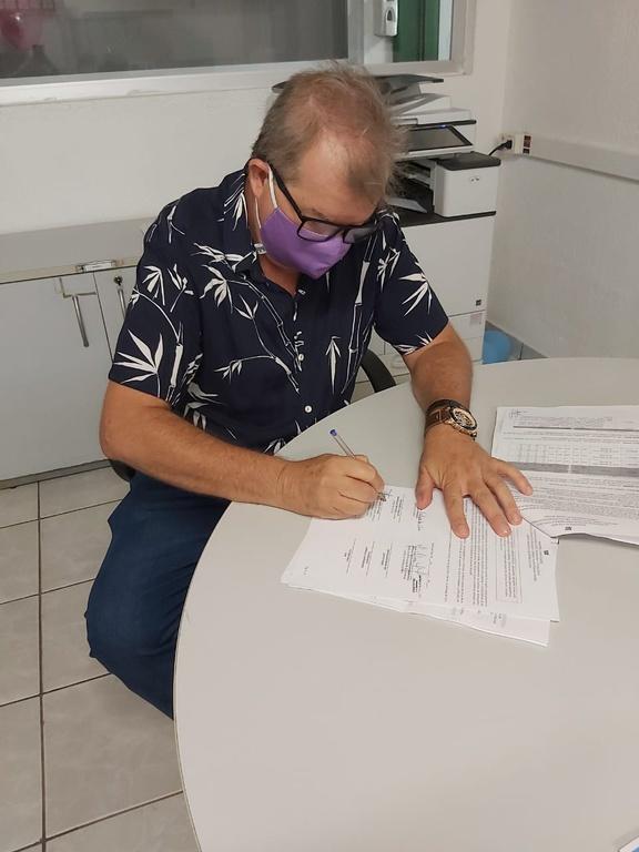 Diretor do Campus PF/IFPB assinando o contrato do programa Jovem Aprendiz