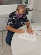 Diretor do Campus PF assinando o contrato do programa Jovem Aprendiz