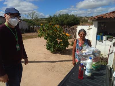 Kits de alimentos beneficiaram moradores de rua, idosos, pessoas com câncer e famílias da zona rural
